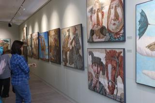 Фото: Екатерина Дымова / PRIMPRESS   «Привязанность к корням»: призер международной выставки представил во Владивостоке живопись