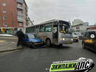 Фото: скриншот dps_vl   «Зажал»: во Владивостоке иномарка и автобус не поделили дорогу