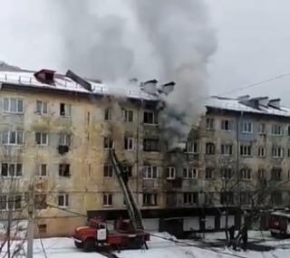 Фото: скриншот dps_nhk | В Приморье в многоквартирном доме горит квартира