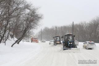 Снегоуборочная техника расчищает проблемные участки на дорогах во Владивостоке