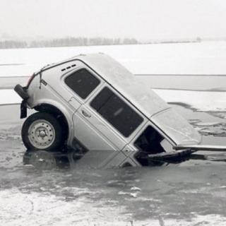 Фото: 25.mchs.gov.ru | Как спастись, если ваш автомобиль уходит под лед