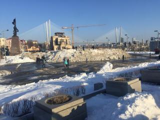 Фото: PRIMPRESS | Снег на центральной площади во Владивостоке растает после выборов президента