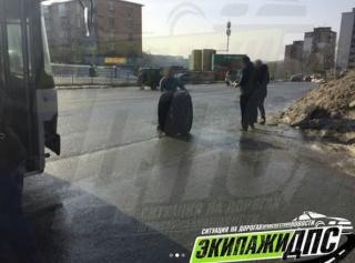 Во Владивостоке автобус во время движения лишился колес
