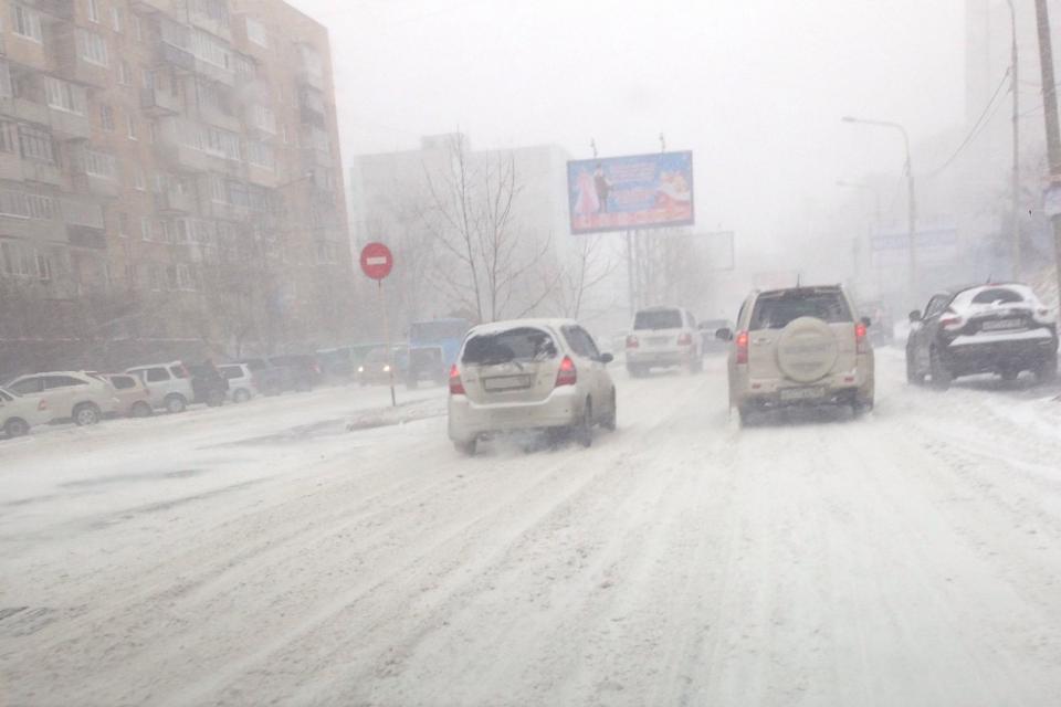 Появились первые жертвы снегопада на дорогах Приморья (фото, видео)