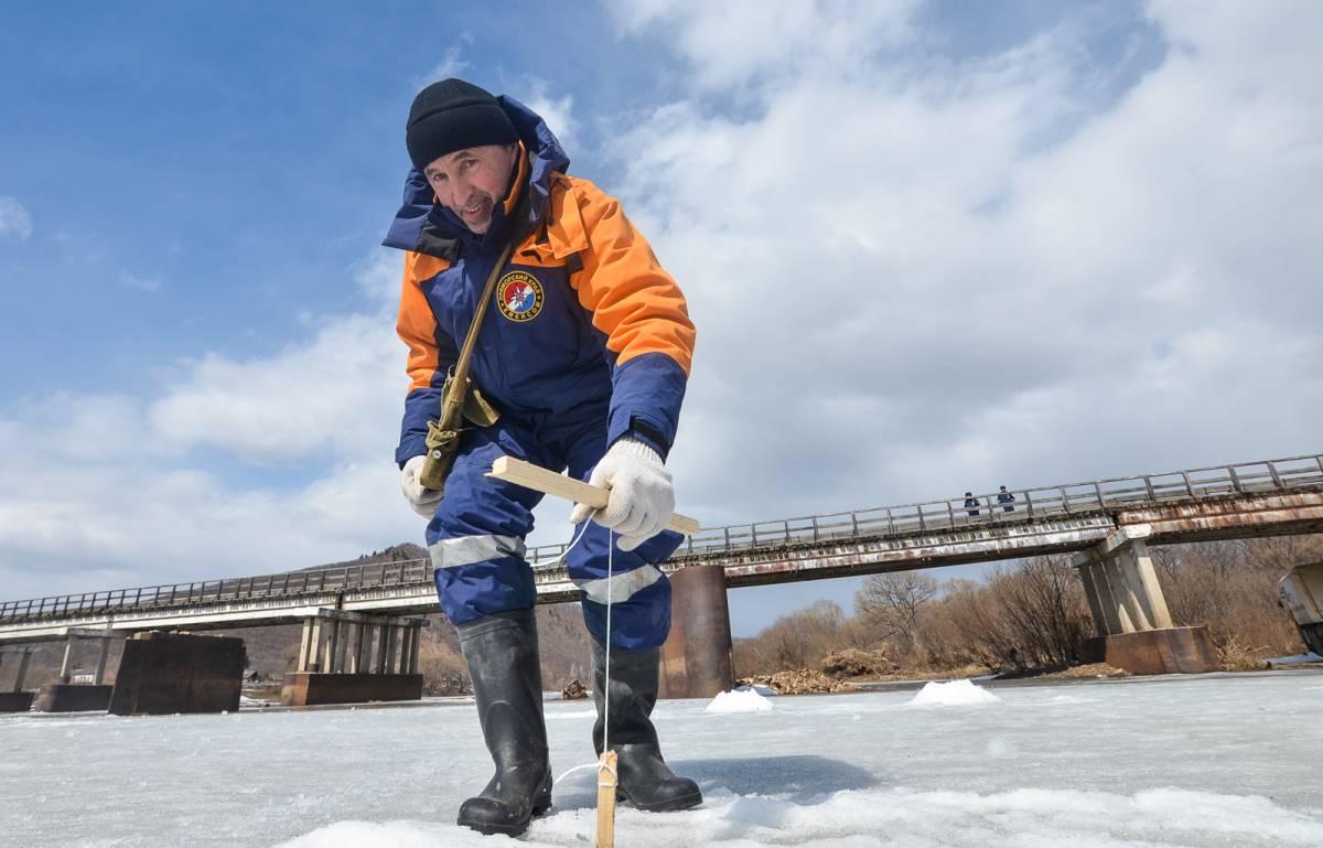 Спасатели взорвали лед на реках Приморья