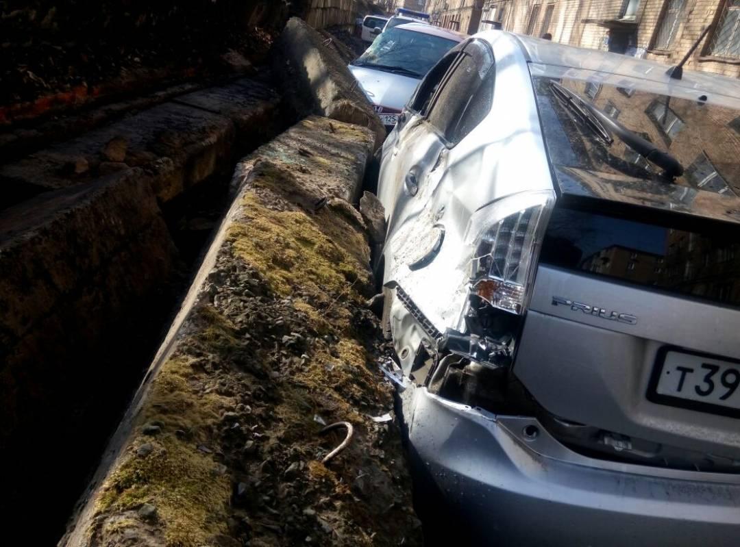 Во Владивостоке подпорная стена обрушилась прямо на припаркованные автомобили