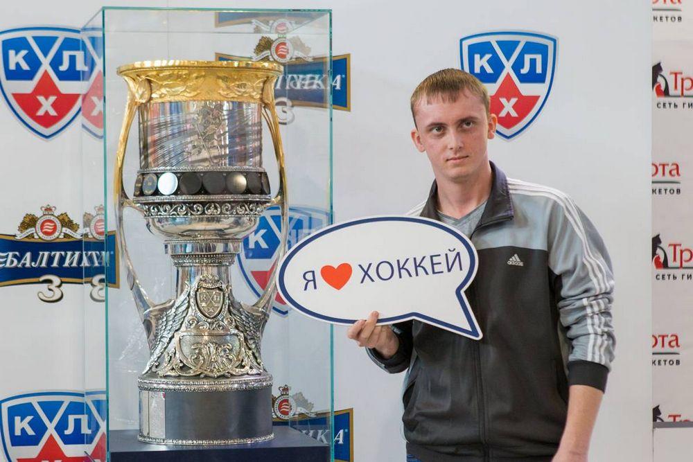 Жители Владивостока смогли потрогать руками Кубок Гагарина и сделать с ним селфи