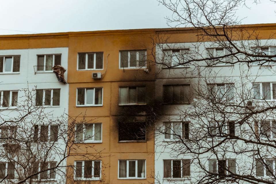 В квартире во Владивостоке пылает пожар