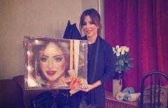 Фанаты из Владивостока подарили Ани Лорак картину из шерсти