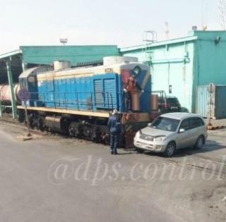 Фото: скрин из @dps.control   «Помеха в голове»: во Владивостоке иномарка не уступила дорогу тепловозу