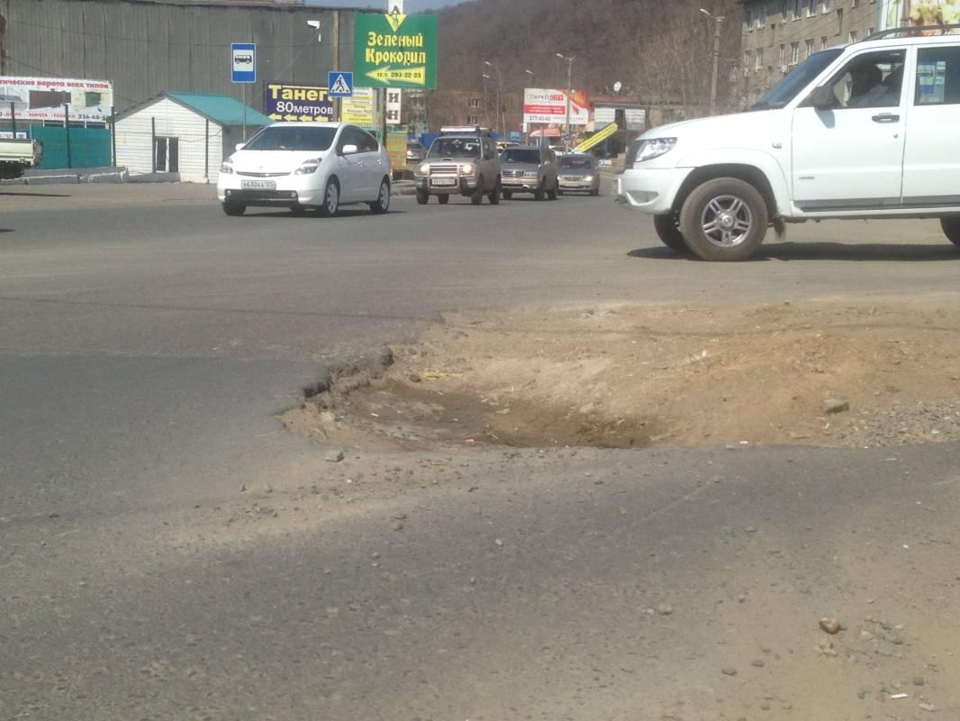 Во Владивостоке дороги усыпаны ямами даже на учебных маршрутах