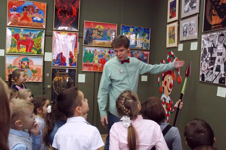 В Приморской картинной галерее состоялось открытие выставки «20 лет в цвет!»
