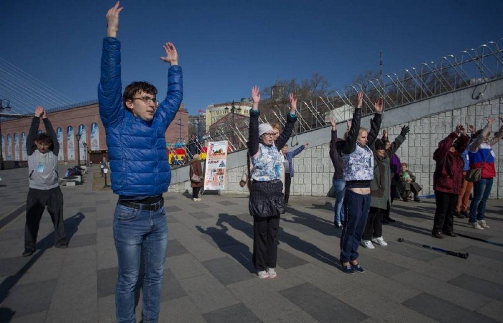 Приморцы отметили День здоровья на «Прогулке с врачом»