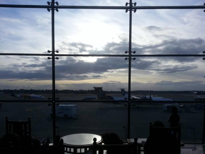 Бортпроводники рейса Москва-Владивосток больше пяти часов подряд удерживали буйного пассажира