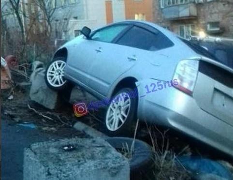 «Когда в душе ты водитель джип-триала»: жителей Владивостока удивил способ парковки