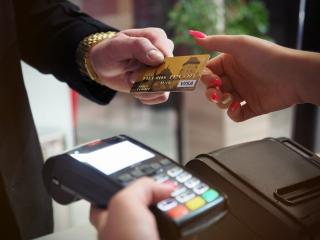Фото: pexels.com | Новое условие вводят для всех, кто расплачивается картой в магазинах