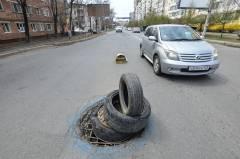 Фото: Александр Потоцкий   Самодельные «дорожные знаки» появились перед провалами в асфальте во Владивостоке