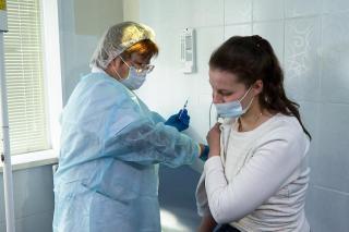 Фото: администрация Приморского края | Врач сказал, при каких симптомах нужно подождать с прививкой от COVID