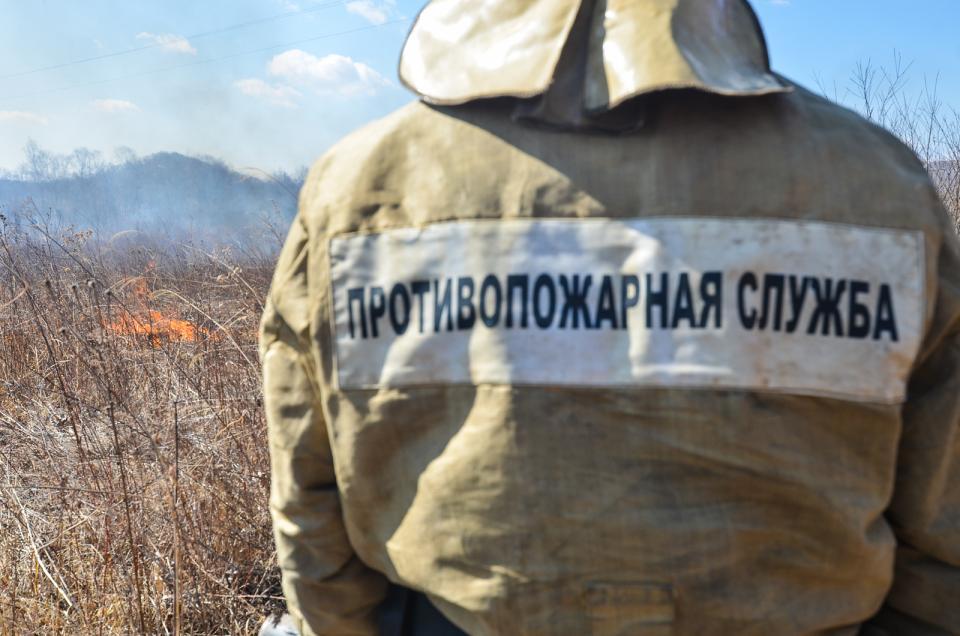 Cотрудники экстренных служб Приморского края сражаются сшестью природными пожарами
