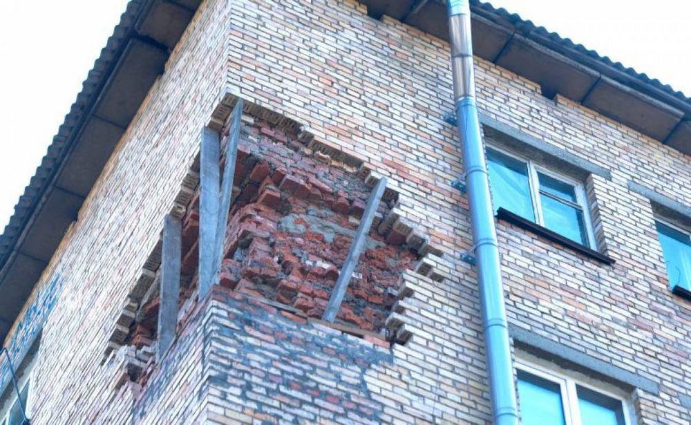 Во Владивостоке жилой дом разваливается по кирпичам