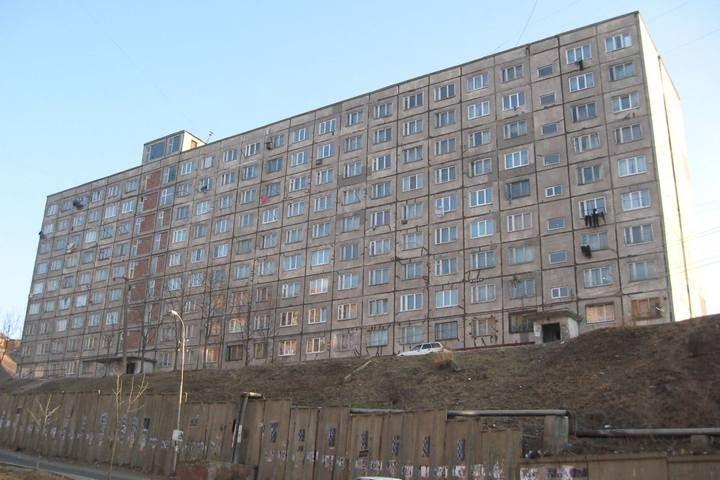 Экс-пациентка психбольницы разрисовала свастикой подъезд во Владивостоке