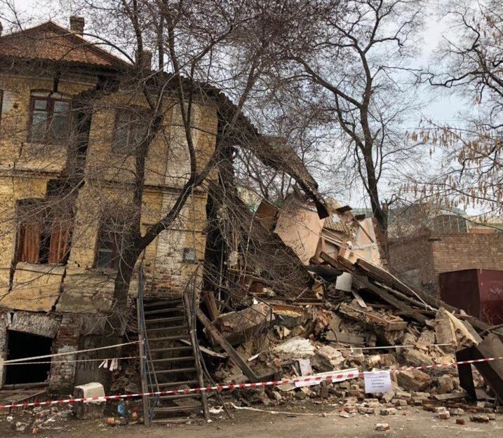Часть жилого дома рухнула во Владивостоке