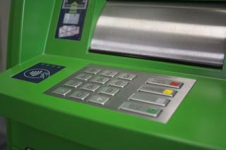 Фото: Алиса Князева / PRIMPRESS | Клиенты Примсоцбанка теперь могут снимать в банкоматах банка «Открытие» до 100 тысяч рублей