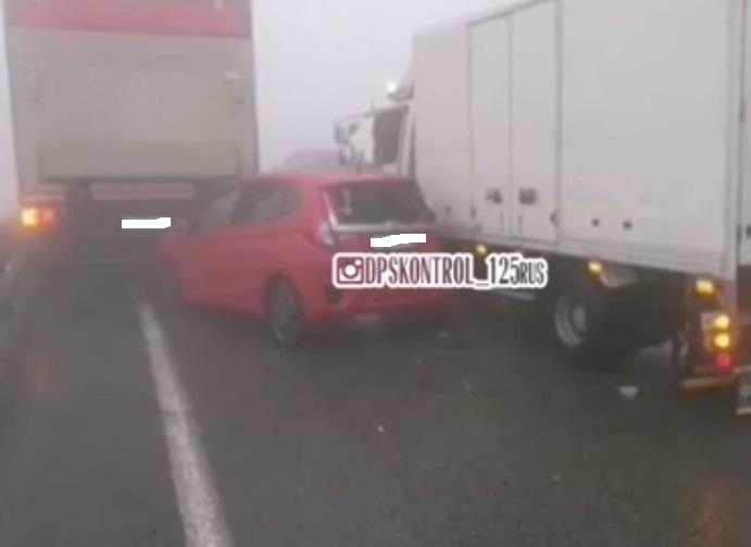 Во Владивостоке на объездной «примяло» автомобиль марки Honda Fit (видео)