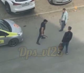 Фото: скрин из @dps_vl | Во Владивостоке два таксиста не поделили дорогу и устроили жесткую драку