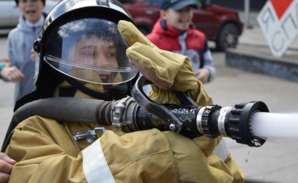 Юные жители Спасска-Дальнего примерили форму пожарных и взяли в руки брандспойты
