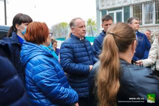 Фото: Евгений Кулешов   Мэр Владивостока продолжает следить за работой УК и обсуждать проблемы с местными жителями