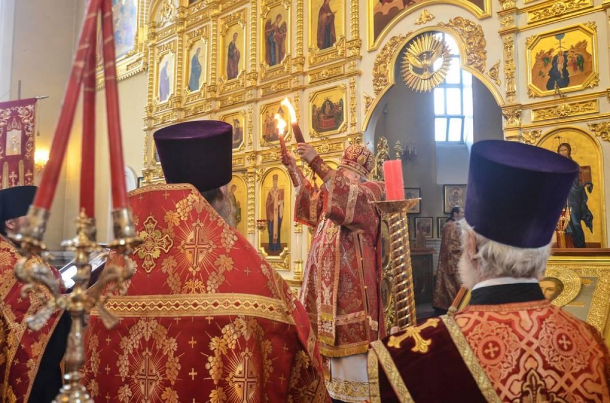 Митрополит Владивостокский и Приморский Вениамин встретил Благодатный огонь