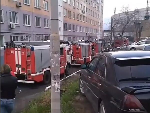 Пожарные спасли 20 человек изгорящего подъезда воВладивостоке