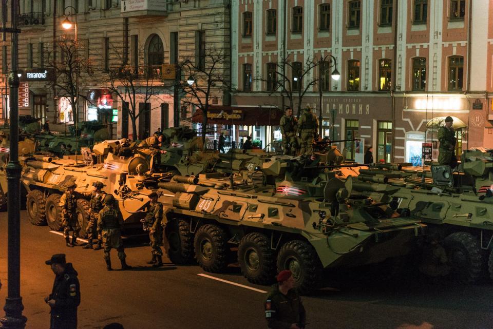 Репетиции парада продолжаются во Владивостоке в преддверии Дня Победы
