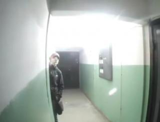Фото: скрин из @blog_vladivostok   «Ловит связь с космосом»: во Владивостоке заметили странного мужчину