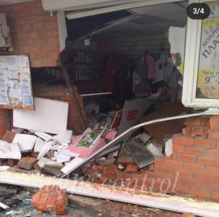 Фото: скрин из @dps.control | В Приморье на полном ходу пьяный водитель легкового автомобиля протаранил магазин