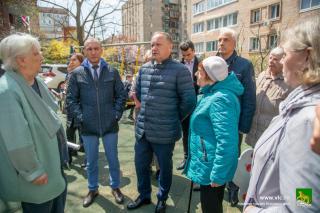Фото: Анастасия Котлярова | Олег Гуменюк продолжает отрабатывать жалобы горожан, инспектируя дворы