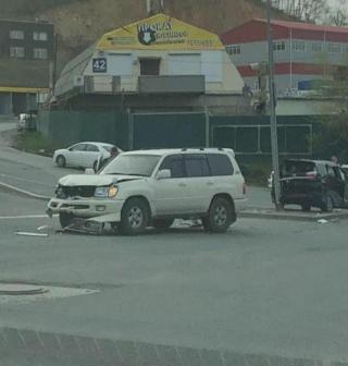 Фото: скрин из @snegovaya_pad | Прямо на перекрестке: жесткое ДТП произошло во Владивостоке