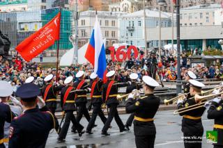 Фото: Евгений Кулешов | Цвет Победы: как Владивосток украсили к праздничному параду