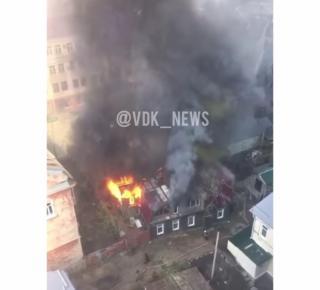 Фото: скрин из аккаунта @vdk_news   В окно лучше не смотреть: жителей Владивостока напугал черный дым в центре города