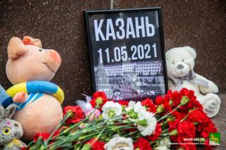 Фото: Анастасия Котлярова / vlc.ru | Владивосток скорбит: горожане возложили цветы и игрушки в память о погибших в стрельбе в Казани