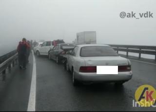 Фото: скриншот ak_vdk   «Это не паровозик, это эшелон»: массовое ДТП произошло на объездной трассе во Владивостоке