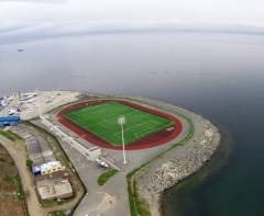 На стадион рядом с МГУ во Владивостоке пускают лишь «избранных»