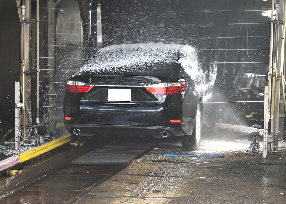 Автомойка, где трудятся мокрые девушки в бикини, удивила приморцев