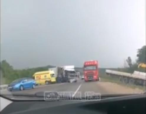 В Приморье грузовик и фура совершили лобовое столкновение