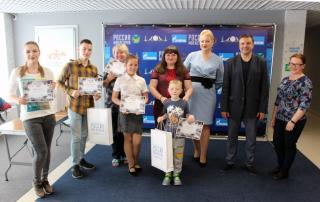 Фото: «Единая Россия»   Победители конкурса на лучшие селфи в музее получили награды от «Единой России»