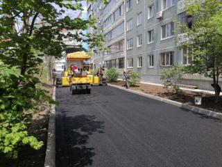 Фото: предоставлено подрядчиками / vlc.ru   Работы по асфальтированию придомовых проездов завершаются в девяти дворах Владивостока