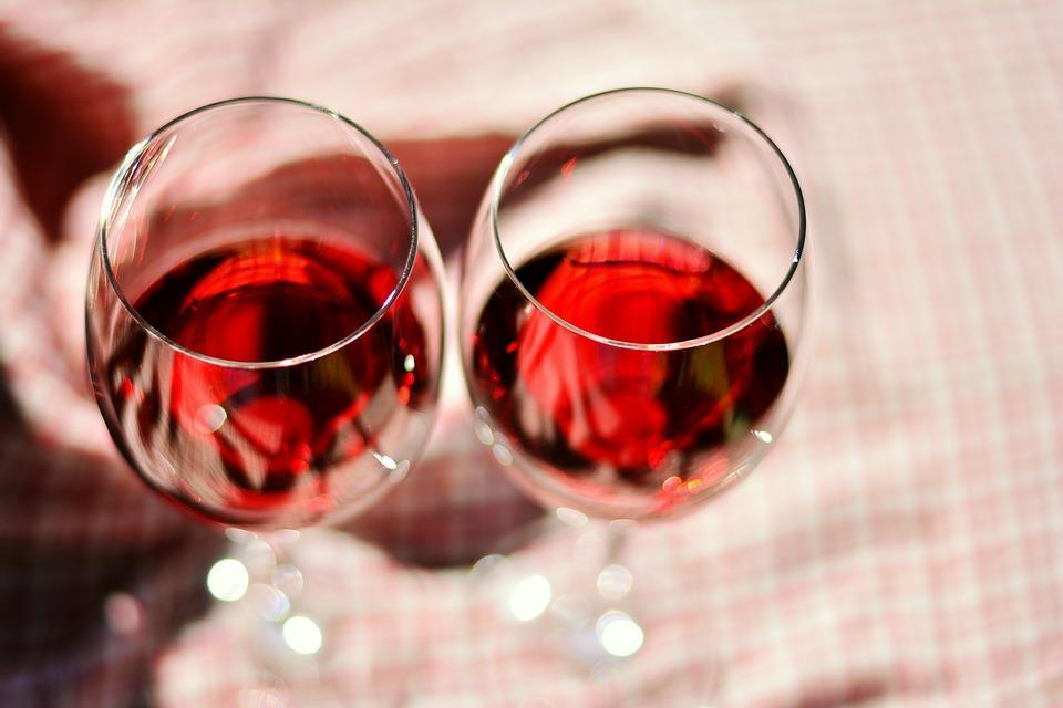 Жительница Приморья решила поддержать подругу в суде, захватив с собой пакет с вином