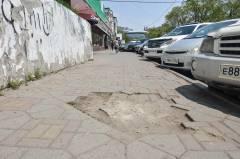 Тротуары Владивостока: разбитая брусчатка, дыры в асфальте и скользкая плитка