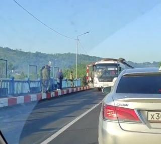 Фото: скриншот artem.news.plus | «Не выдержала натиска»: автобус снес рамку перед аварийным мостом АртемГРЭС